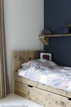 mooi bed van steigerhout met lade=pretty bed made from barnwood with drawers.