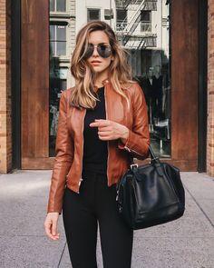 Guita Moda: 7 cores que são a cara desse inverno Nichole Ciotti, jaqueta de couro conhaque, blusa preta, calça preta