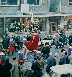 Sinterklaas op paard met zijn Knecht, omringd Door Spaanse edellieden... 1962 Katholieke illustratie