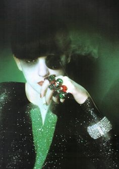 "photo de mode : Serge Lutens, 1973, ""the doppleganger"", 1970s, Isabelle Weingarten, vert sombre-noir, bagues, paillettes"