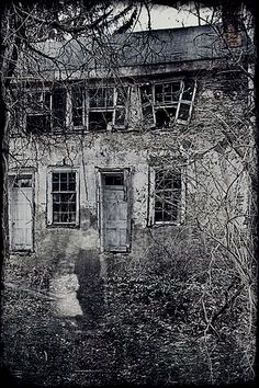 Nova Scotia Ghost stories and Paranormal tales Ghost Images, Images Gif, Ghost Pictures, Scary Ghost Pics, Photo Halloween, Halloween Vintage, Creepy Halloween, Spooky Places, Haunted Places