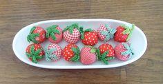 Ein wundervolles Geschenk sind diese Erdbeeren auf einer Schale.  Die 12 Erdbeeren sind aus Baumwollstoff genäht, Blättchen und Stiel sind aus Baum...