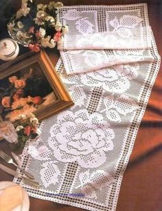 crochet home: Table Runner- fillet crochet Crochet Bedspread Pattern, Crochet Motif, Crochet Doilies, Knit Crochet, Crochet Patterns, Crochet Table Runner, Crochet Tablecloth, Thread Crochet, Crochet Scarves