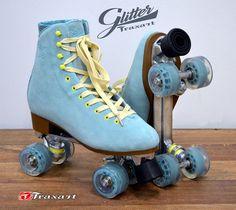 É muito amor!!! Gente...como fico contente ao ver quads voltando às prateleiras! A Traxart , acabada de lançar sua nova linha de quad... Roller Quad, Quad Roller Skates, Roller Derby, Roller Skating, Rollers, Rolling Skate, Roller Skate Shoes, Skate Surf, Skater Girls