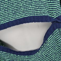 Super cool bluse fra Carin Wester. En kort model med åben ryg og i tyk lækker strikkvalitet.    Detaljer    - 86% Bomuld, 14% Nylon.  - Skal håndvaskes.  - Måler 45 cm foran og 52 cm bagpå i str. S
