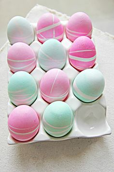 *kook een ei *bind er een paar elastiekjes omheen  *leg het in een goedje van water en kleurstof voor ong. 10 minuten  *haal het ei eruit dep het droog en haal de elastiekjes eraf. en voila !!!!! *
