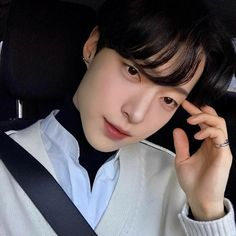 Image may contain: 1 person, sitting and closeup Cute Asian Guys, Cute Korean Boys, Asian Boys, Asian Men, Cute Boys, Korean Boys Ulzzang, Ulzzang Boy, Korean Boy Hairstyle, Close Up