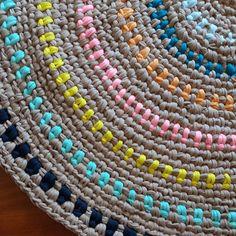 Tinha parado um pouquinho....agora está crescendo todo lindo! #crochet #croche #fiodemalha #tapeteredondo #tapete #carpet #feitoamao