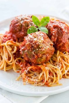 meatball recipes Grandmas Italian meatball recipe is the ultimate comfort food to share with the family! Tender and juicy meatballs simmered in a simple yet rich tomato sauce and placed over spaghetti noodles or the pasta of your liking. Meatball Recipes, Meat Recipes, Cooking Recipes, Healthy Recipes, Recipes Dinner, Simple Meatball Recipe, Giant Meatball Recipe, Turkey Recipes, Vegetarian Recipes