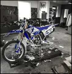 Taking care of this baby... How much do you care about YOURS?? #yamaha  #yamaharacing  #bikedecor  #bikestyle  #bikedesigns  #bikedecals  #bikestagram  #motostylemx  #motostylemxgraphics