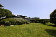 On s'y croirait.. Cette villa récente, superbement et soigneusement décorée, se situe sur un large terrain doté d'un beau jardin d'agrément. For Rent http://sperone.com/bien.php?bienID=11 #Holidays#Locations#Ventes#Villas#Bonifacio#Sperone#Plages#Piscine#Architecture#Paradisiaque#Realestate @immo_sperone