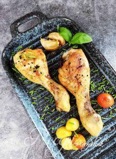 Americká kuchyňa pozná veľa rôznych spôsobov na prípravu takzvaných baked drumsticks. Ja osobne preferujem prípravu, v ktorej nechám najskôr mäso dusiť v trúbe a až na záver ho zapekám. Tak ostane kuracie mäso vnútra krásne šťavnaté a aromatické, zatiaľ čo zvonku má chrumkavú kôrku. Jednoduchý pokrm, ktorý si možno tiež predpripraviť za pár minút deň vopred a potom už len dať zapekať do trúby. Postup: Kuracie stehná (počítame 1 kus na osobu) najskôr umyjeme a potom dobre osušíme kuchyns Thing 1, Grill Pan, Grilling, Kitchen, Griddle Pan, Cooking, Crickets, Kitchens, Cuisine