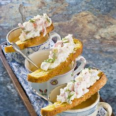 Räksoppa med liten räktoast Yogurt, Toast, Appetizers, Food And Drink, Lunch, Appetizer, Eat Lunch, Entrees, Lunches