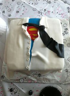This would be cute for Daniel, he'd love it and be surprised when he opened the box to see his groom's cake. hehe. ideas..ideas..!!