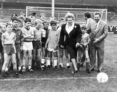 Margaret Thatcher chuta un balón en el estadio del Scunthorpe en septiembre de 1988