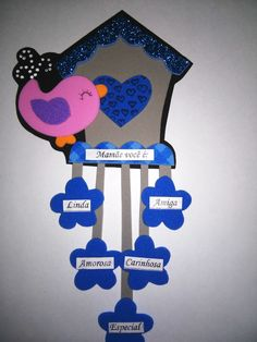 Imã de geladeira feito em eva, com fita e meia pérola.  Otima opção para o dia das mães, nas flores é colado palavras de acordo com o cliente, que pode ser: palavras de carinho, mandamentos do lar, entre outros!  Fazemos várias cores!