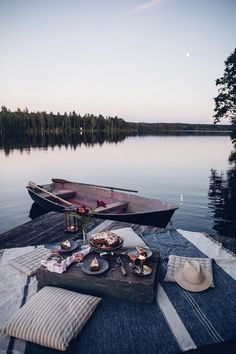 Moon Picnic in Sweden at the Lake – And a delicious Rhubarb-Lingonberry-Cake with Meringue Practical travel advice and tips Take few items with you Dream Dates, Cute Date Ideas, Romantic Picnics, Romantic Dinners, Picnic Time, Picnic Parties, Dinner Parties, Photos Voyages, Romantic Dates