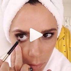 Sonst so verschlossen und scheu, zeigt uns Victoria Beckham nun Erstaunliches aus ihrem Badezimmer. Ein Video, das zeigt, wie sich Posh Spice täglich so schminkt…