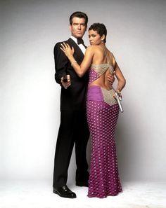 Pierce Brosnan as James Bond and Halle Berry as Jinx Johnson in Die Another Day Soirée James Bond, James Bond Girls, James Bond Party, James Bond Movies, James Movie, James Bond Dresses, Bond Girl Dresses, Benjamin Bratt, Magazine Vogue