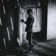 Nombreux sont les photographes dont la carrière s'étend sur plus d'un demi-siècle, mais il en est peu dont l'art témoigne d'une vitalité comparable à celle du photographe américain Ray K. Metzker. Il reste quasi inégalé, tant par son acuité visuelle que par son agilité intellectuelle et sa capacité de renouvellement.