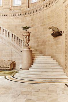 Le palais Umaid Bhawan en Inde : L'escalier menant aux appartements privés marie classicisme et mobilier européens, statuaire indienne et trophée de chasse. © Alexis Armanet