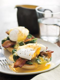 Lemony Eggs Florentine Many tasty variations exist on the classic eggs Benedict, each embellishing a poached egg and muffin with luxurious hollandaise sauce. This version adds crisp bacon and sauteed spinach, but you cou. Think Food, I Love Food, Good Food, Yummy Food, Tasty, Breakfast Dishes, Breakfast Time, Breakfast Recipes, Breakfast Ideas