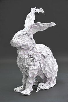 sculpture en papier froissé et gel médium, le guide, Piet.sO 2013, lapin blanc, lièvre blanc