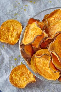 One more healthy version of homemade sweet potato chips! This sweet potato chips are easy to prepare and healthy to eat! In just 45 minutes you have healthy sweet potato chips to snack on! Homemade Sweet Potato Chips, Sweet Potato Pizza, Sweet Potato Slices, Veggie Snacks, Healthy Snacks, Healthy Eating, Healthy Dishes, Entree Recipes, Snack Recipes