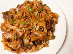 ***Martin Yan's Beef Chow Fun. This is one of my favorite Chinese dishes! Asian Recipes, Beef Recipes, Cooking Recipes, Ethnic Recipes, Vietnamese Recipes, Noodle Recipes, I Love Food, Good Food, Yummy Food