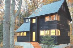 mai 2020 - Helt hjem/leilighet til 2261 kr. Scandinavian modern home within a wooded setting, convenient to the towns of Leland, Suttons Bay, Northport, and Lake Leelanau. Walk to lake access. Lake Leelanau, Suite Principal, Cozy Cabin, Cabins In The Woods, Scandinavian Modern, Renting A House, Black House, Exterior Design, Exterior Paint