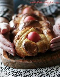 Tsoureki {translate} - braided Easter bread with a dyed egg. Greek Easter Bread, Bread Rolls, Dinner Rolls, Bread Recipes, Easter Eggs, Baking, Breakfast, Desserts, Google Translate
