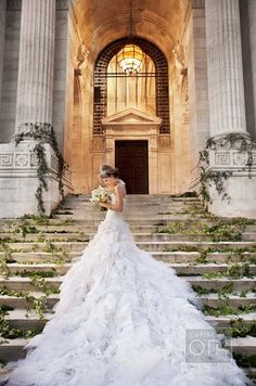 Una novia en las escaleras de la Biblioteca Pública de Nueva York, fotografiado por Christian Oth.
