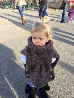 Ravelry: Ja-me's Natalie's Pull Over Toddler Poncho, Baby Poncho, Kids Poncho, Knitted Poncho, Kids Knitting Patterns, Knitting For Kids, Baby Knitting, Crochet Patterns, Knitting Ideas