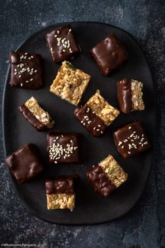 Chewy and crispy all in one! Under and no baking required! A simple chocolatey sweet treat for you! Dark Chocolate Recipes, Granola Bites, Chocolate Granola, Homemade Granola Bars, Healthy Sweet Treats, Recipe Link, Vegan Baking, Food Print, Tasty