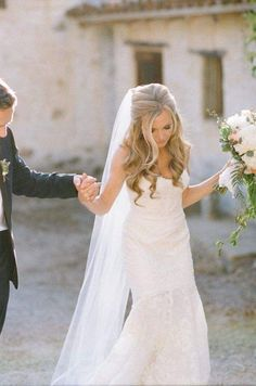 Loose, pretty curls wedding hairstyle; via Happy Wedd