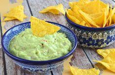 Guacamole is een heerlijk Mexicaanse avocado dip. Lekker met nachos en heerlijk bij een Mexicaans gerecht! Nacho schotel bijvoorbeeld. Nacho Dip, Guacamole, Avocado Dip, Snack Recipes, Healthy Recipes, Nachos, Tapas, Catering, Food To Make