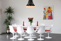 des chaises salle à manger blanches et pivotantes et une table ovale