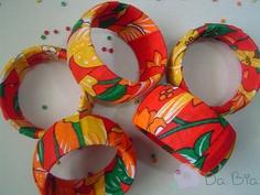 Pulseiras largas com chita Fabric Art, Fabric Crafts, Cotton Fabric, Textiles, Floral, Scrap, Christmas Ornaments, Holiday Decor, How To Make