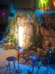 Easter set design (tomb) - too much, but maybe some extra ideas Sunday School Decorations, Church Decorations, Jesus Tomb, Easter Backdrops, Easter Play, Easter Service, Empty Tomb, Church Stage Design, Church Events