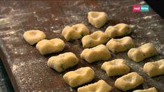Cucina con Ramsay # 46: Gnocchi casalinghi Un altro modo eccellente per utilizzare le patate bollite o cotte al forno. Potete preparare gli gnocchi anche solo con farina e uova, ma le patate assicurano una consistenza fantastica, leggera e soffice. INGREDIENTI: 2 grandi patate farinose 50 gr. di ricotta 90 gr. di Farina 00 1 uovo sbattuto...