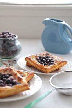 20 Minute Blueberry Cream Cheese Danishes - These are so simple for breakfast or a weekend brunch! Toast them in your toaster for a quick meal! Köstliche Desserts, Delicious Desserts, Dessert Recipes, Yummy Food, Health Desserts, Breakfast Bites, Breakfast Recipes, Fruit Pancakes, Cream Cheese Danish