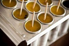 Picolé de Manga, Maracujá e Gengibre  1 manga Palmer    1 maracujá azedo    1 xícara (chá) de água    2 colheres (sopa) de suco de gengibre fresco, ralado e espremido    Açúcar ou mel a gosto    8 palitos de sorvete