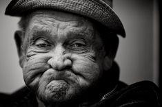 Mr. Crawley is een verbitterde oude man die zichzelf zichtbaar maakt door gemeen te zijn