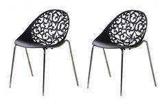 Des chaises travaillées, des courbes d'une finesse remarquable. Des chaises d'une grande élégance