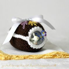 Crochet this Chocolate Diorama Easter Egg for a nice hallway display.  Check out the pattern by @ldh4