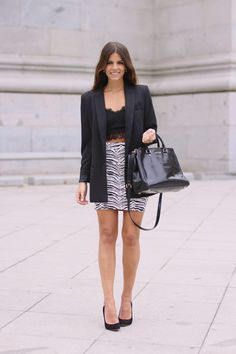 trendy_taste-look-outfit-street_style-ootd-blogger-fashion_spain-moda_españa-blazer_negra-salones_negros-tacon_dorado-golden_heels-zebra_skirt-falda_cebra-michael_kors-chic-formal-10
