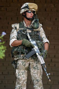 Polski żołnierz w mundurze pustynnym (stary wzór). PKW Irak, 2003 rok