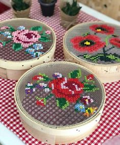 Make pretty gift boxes from old cheese boxes and cross stitch embroidery.Curvy Sheave Dekor aus elemeği # Leinwand Pfauperlen mit roten Augen Source The post Curvy Sheave Dekor aus elemeği # Leinwand appeared first on My Art My Home. Cross Stitch Art, Cross Stitch Designs, Cross Stitching, Cross Stitch Embroidery, Cross Stitch Patterns, Ribbon Embroidery, Embroidery Designs, Broderie Bargello, Bordados E Cia