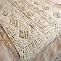 Image from http://www.purplekittyyarns.com/images/leisurearts/bulky_popcorn_crochet.jpg.