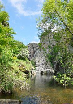 Canyoning dans les gorges du Banquet http://www.tourisme.fr/paroles-office/13/journee-canyoning-a-mazamet-aux-gorges-du-banquet-tarn.htm Crédit : Office de Tourisme Mazamet Montagne Noire